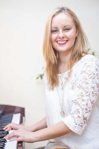 TUESI.LV | Ieva Karpoviča - māca bērnus dziedāt